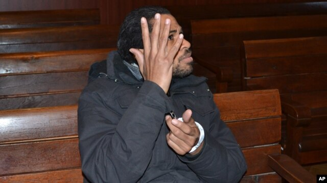 Fritz-Joly Joachin, 29, un ciudadano francés de origen haitiano, aguarda a entrar a una audiencia en una corte de Haskovo, Bulgaria, donde fue detenido.