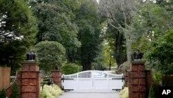 Kapija na ulazu u kući Džordža Soroša