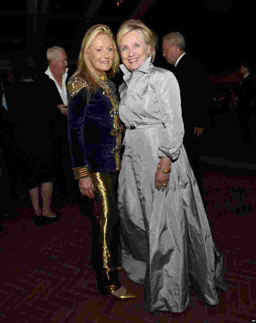 هیلاری کلینتون وزیر خارجه پیشین آمریکا در کنار ریکی لورن همسر رالف لورن طراح مد معروف آمریکایی در مراسم پنجاهمین سالگرد تأسیس برند رالف لورن در نیویورک