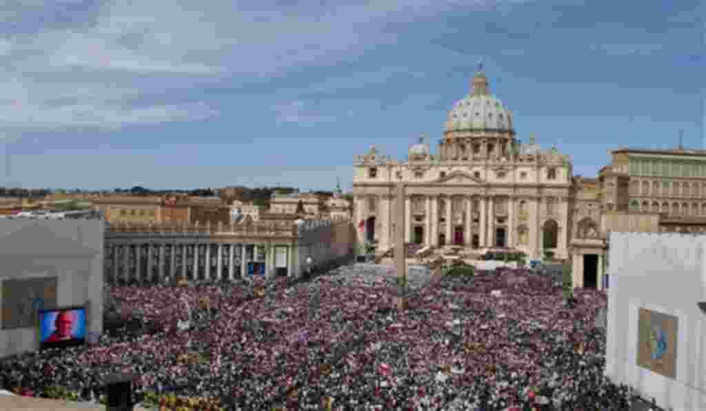 Un tapiz con una fotografía de 1995 del Papa Juan Pablo II aparece durante una solemne celebración encabezada por el Papa Benedicto XVI.