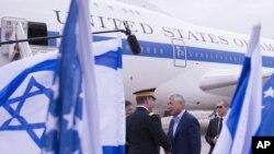 ABD Savunma Bakanı Chuck Hagel Tel Aviv hava alanında karşılanırken