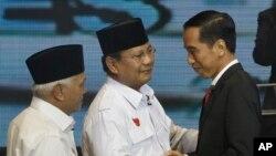 Hai ứng cử viên tổng thống Indonesia Joko Widodo (phải) và Prabowo Subianto (giữa) chào nhau trong cuộc tranh luận đầu tiên trên đài truyền hình, 9/6/14