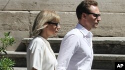 Taylor Swift dan Tom Hiddleston saat liburan di Roma, 27 Juni 2016.