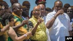 Jessie Duarte, secrétaire générale adjointe de l'ANC, Cyril Ramaphosa, président de l'ANC, Jacob Zuma, président de l'Afrique du Sud, et Uhuru Kenyatta, président du Kenya, au stade Absa à East London en Afrique du Sud le 13 janvier 2018.