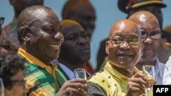 (De la gauche) Cyril Ramaphosa, président de l'ANC etJacob Zuma, président de l'Afrique du Sud, et Uhuru Kenyatta, au stade Absa à East London, Afrique du Sud, 13 janvier 2018.