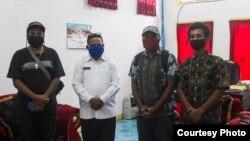 Bajalan mendapat perhatian pemerintah setempat, bertemu dengan pejabat Kab. Kepulauan Yapen, Sonny Woria. (foto: courtesy)