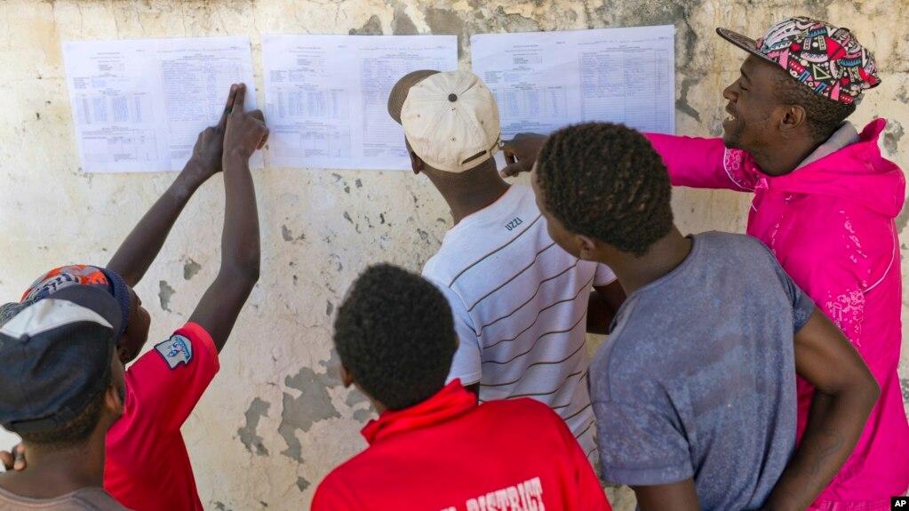津巴布韋民眾查看貼在牆上的議會選舉結果(2018年7月31日)
