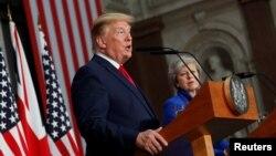 영국을 국빈방문한 도널드 트럼프 미국 대통령이 4일 런던에서 테레사 메이 영국 총리와 공동기자회견을 했다.