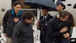 در این تصویر سه روزنامه نگار آزاد شده اسپانیایی پس از ورود به فرودگاه نظامی در مادرید - ۱۹ اردیبهشت ۱۳۹۵