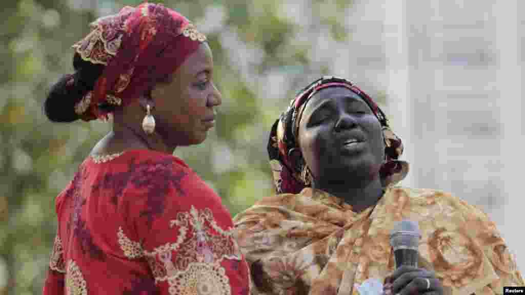 Rebeccca Samuel (tsakiya), mahaifiyar Sarah, daya daga cikin daliban na Chibok da aka sace, tana zaune tare da wasu iyayen a lokacin wani taron da suka yi domin tattauna kokarin kwato 'yan matan na Chibok da aka sace.