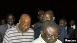 Presidente Raimundo Pereira (à direita) e o ex primeiro ministro Carlos Gomes Junior, cheguam a Abidjan após a sua libertação pelos golpistas. CEDAO exige o seu regresso ao poder.