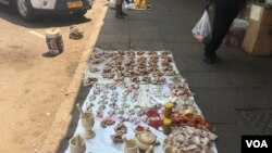 FILE: Even street vendors in Zimbabwe are struggling, occupying almost all available space in Harare's streets, Oct. 2017. (S. Mhofu/VOA) Description: Even street vendors in Zimbabwe are struggling, occupying almost all available space in Harare's streets, Oct. 2017(S.Mhofu/VOA)