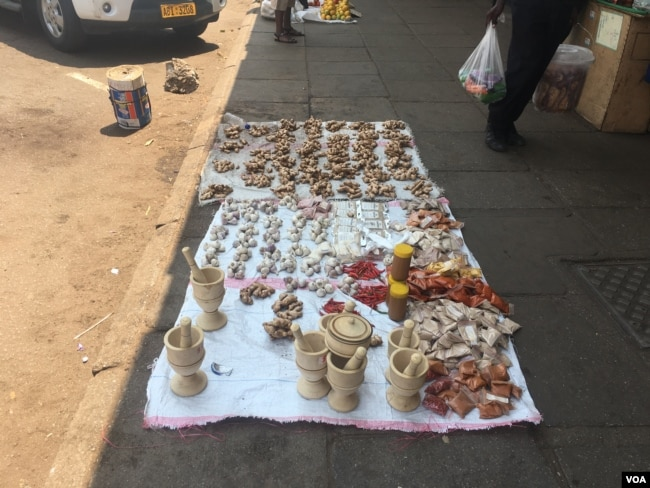 Even street vendors in Zimbabwe are struggling, occupying almost all available space in Harare's streets, Oct. 2017. (S. Mhofu/VOA)