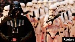 """Para aktor yang memerankan Darth Vader dan pasukan Storm Troopers tiba untuk penayangan perdana film terbaru Star Wars, """"Revenge of the Sith"""" di London, 16 Mei 2005. (Foto: Reuters)"""