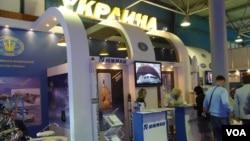 2013年莫斯科航展上的烏克蘭南方機械廠展台。(美國之音白樺攝)