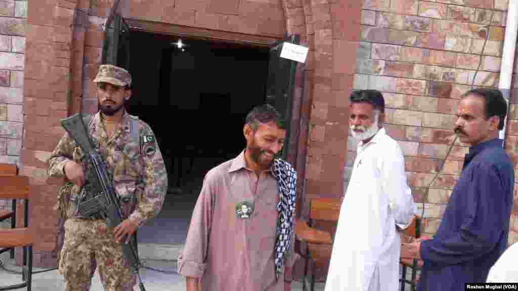 یہ پہلا موقع ہے کہ یہ انتخابات پاکستانی فوج کی نگرانی میں ہو رہے ہیں۔
