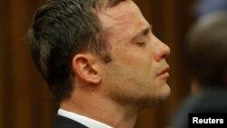 11일 남아공 행정수도 프리토리아 고등법원에서 열린 선고공판에서 의족 선수 피스토리우스가 재판 결과를 들으며 눈물을 흘리고 있다.