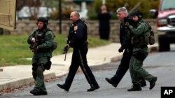 15일 미국 필라델피아 인근 지역에서 경찰이 총격 사건 현장으로 접근하고 있다.