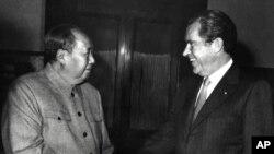 美國前總統理查德.尼克松(左)於1972年2月22日歷史性訪問中國﹐與中國領導人毛澤東握手。