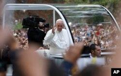 教宗方濟各乘坐的專車穿越紐約的中央公園,與群眾揮手。
