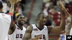 Kobe Bryant (au premier plan) et LeBron James.
