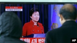 Người dân Hàn Quốc xem truyền hình trực tiếp cuộc họp báo của Tổng thống Park Geun-hye ở nhà ga Seoul ngày 13/1/2016.