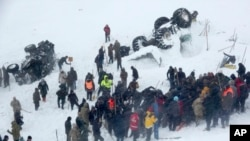 Petugas berupaya melakukan pencarian korban yang tertimbun salju longsor dekat kota Bahcesaray, provinsi Van, Turki, 5 Februari 2020. (Foto: dok).