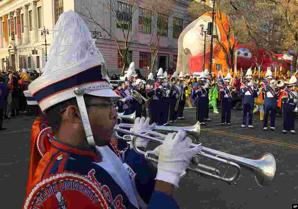 James Leach toca la trompeta mientras los participantes en el desfile del Día de Acción de Gracias de Macy se reúnen antes del inicio del desfile, el jueves 28 de noviembre de 2019, en Nueva York.