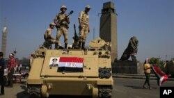 26일 이집트 카이로에서 타흐리르 광장으로 향하는 다리를 군인들이 지키고 있다.