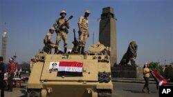 埃及士兵星期五在通往開羅解放廣場的一條橋樑上站崗