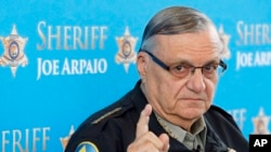 Arpaio, se ha hecho famoso entre los conservadores por sus agresivas persecuciones a indocumentados y sus humillantes tácticas a detenidos, como poner a los presos interiores de color rosado.