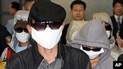 지난해 10월 한국 인천공항을 통해 입국하는 탈북자들 (자료사진).