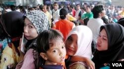 Serombongan TKW mengantri di bandara Kuala Lumpur, menunggu dipulangkan ke tanah air (foto:dok).