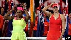 Photo d'archives: Serena Williams des Etats-Unis, à gauche, et Maria Sharapova de la Russie, à droite, au championnat de tennis Open d'Australie à Melbourne, en Australie, le samedi 31 janvier 2015. (AP photo/Vincent Thian)