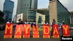 Para anggota Serikat Pekerja Indonesia yang tergabung dalam KSPI turun ke jalanan ibukota dalam pawai memperingati Hari Buruh di Jakarta (1/5).