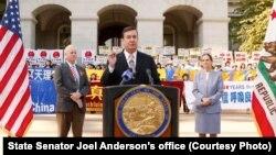 加州州参议员安德森在州府声援法轮功