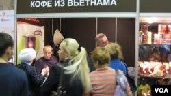 俄越貿易規模仍然很小。 2012年年末在莫斯科的一次展覽會上,越南高山咖啡受到歡迎。(美國之音白樺攝)