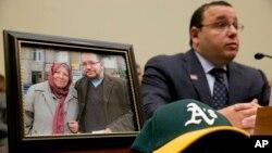 이란에 억류된 미국인 제이슨 리자이안 기자의 형 알리 리자이안 씨가 지난달 2일 의회 청문회에서 증언하고 있다. 사진은 리자이안 기자가 어머니와 찍은 것이다. (자료사진)