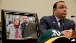 Ali Rezaian, hermano del periodista Jason Rezaian, hablando en el Congreso, en Washington, el martes, 2 de junio de 2015, junto a una foto de su hermano.