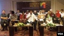 Beberapa orang yang hadir mewakili 195 tokoh dari berbagai kalangan, meluncurkan seruan moral kebhinnekaan di Jakarta, Selasa (20/2). (Foto: VOA/Fathiyah)