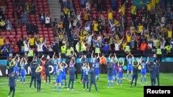 Гравці збірної команди України дякують українським вболівальникам після перемоги над збірною Швеції в Глазго 29 червня 2021 р.