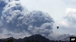 Erupsi Gunung Kelud, terlihat dari desa Anyar, Blitar, Jawa Timur (14/2).
