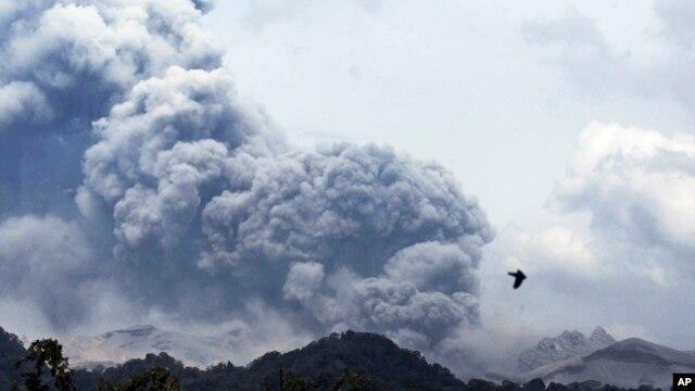 Gunung Kelud terlihat dari desa Anyar, Blitar, Jawa Timur (14/2)
