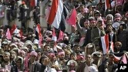 지난 27일 예멘 수도 사나에 모인 시위대가 국기를 흔들며 알리 압둘라 살레 대통령의 퇴진을 요구하고 있다.