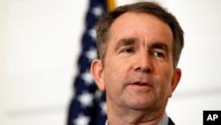El gobernador de Virginia, Ralph Northam, enfrenta una creciente ola de pedidos para que renuncie después que aparecieran fotos suyas de tono racista.