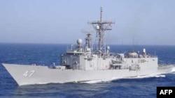 Tàu hải quân Hoa Kỳ đã làm tê liệt tàu hải tặc bắt giữ 3 nghi can trước khi đánh chìm tàu của chúng, 2 nghi can hải tặc khác trên tàu mẹ cũng bị bắt giữ