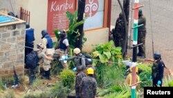 케냐 군경이 25일 테러 사건이 벌어졌던 나이로비 쇼핑 상가 건물을 조사하고있다.