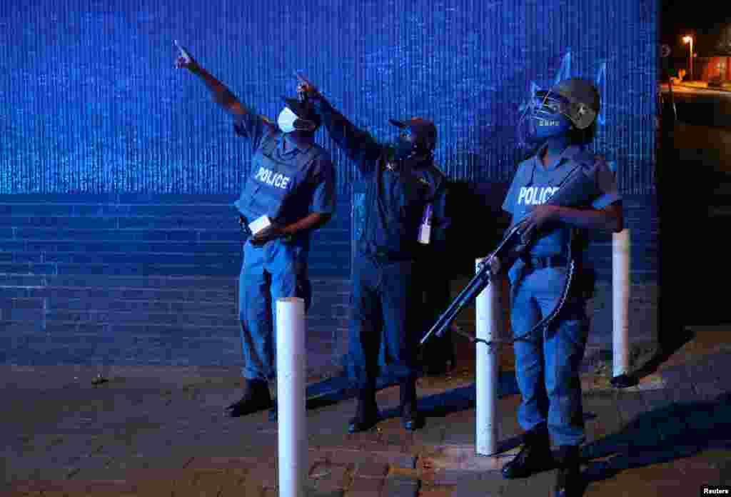 Cənubi Afrikanın Yohannesburq şəhərində polis zabitləri tətbiq olunan komendant saatında patrul çəkir.