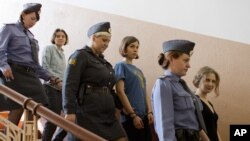 Các thành viên của nhóm nhạc nữ Pussy Riot được hộ tống tới phòng xử ở Moscow, Nga, ngày 17/8/2012
