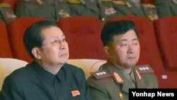 13일 북한의 신임 인민무력부장으로 임명된 것으로 확인된 장정남(오른쪽)이 중장에서 상장으로 승진한 것으로 확인됐다. 사진은 노동신문 13일자 2면에 실린 조선인민내무군 협주단의 공연 관람 모습.